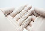 使い捨て手袋の種類と選び方|手荒れの湿潤治療に使いやすいタイプは?